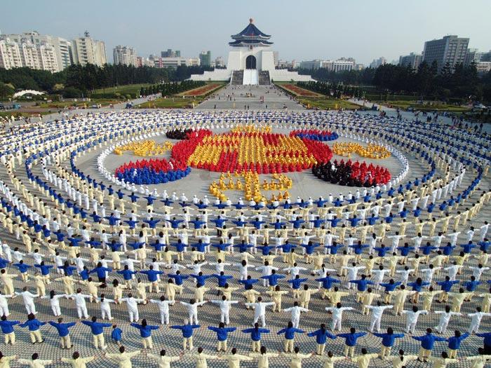 2005年十二月二十五日,四千名法轮功学员排成法轮图形