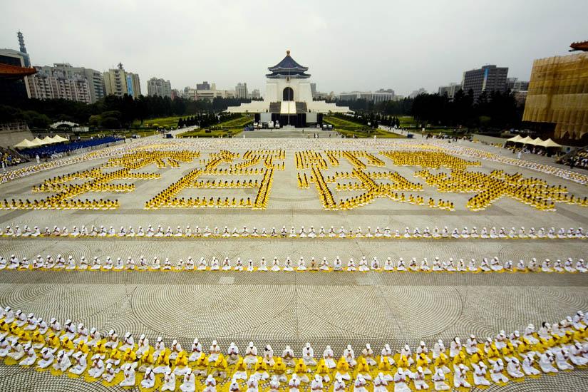 """2007年5月13日,五千名法轮功学员在自由广场集体炼功,排出""""恭祝师尊生日快乐"""",向李洪志师父祝寿"""