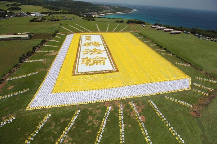 2009年5月9日,六千多名法轮功学员排出指导修炼的《转法轮》这本书的图形