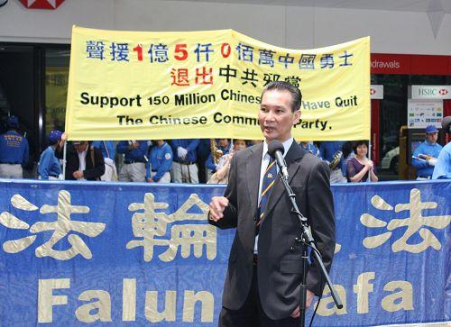 '費爾菲爾德市議會越南裔議員南全在集會上發言'