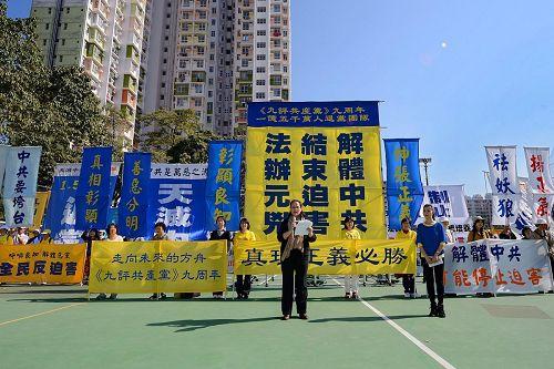 香港法輪功學員遊行講真相的場面(圖片來自明慧網)。