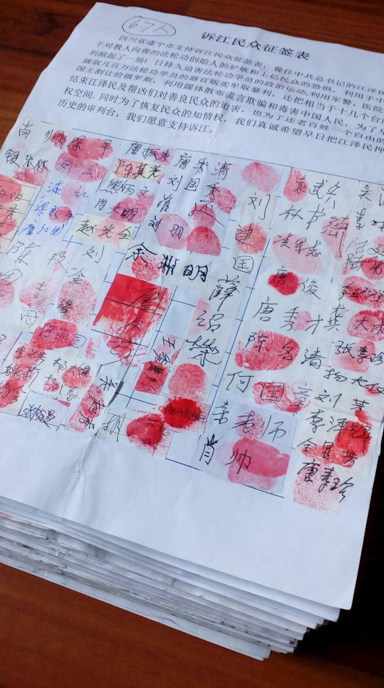 据不完全统计,2016年4月至12月,四川省遂宁市又有8,032人签名举报江泽民,累计征签人数达11,440人。图为四川省遂宁市民众举报江泽民部分征签表。(明慧网)