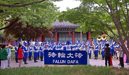 '圖1:天國樂團在大邱慶尚監營公園前演奏'
