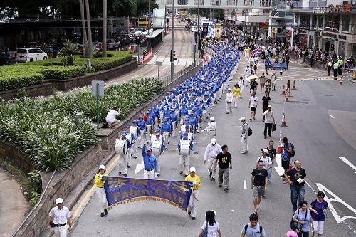 圖1-3. 香港七一大遊行中,法輪功學員成為最令人矚目的隊伍。