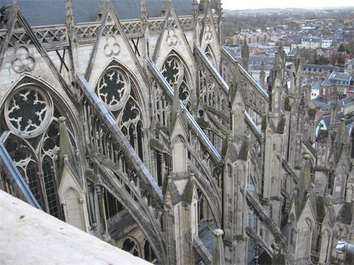 圖例:哥特式建築法國亞眠主教座堂(Cathédrale Notre-Dame d』Amiens),建於1220-1269年,從圖中可以看到建築外圍遍布飛扶壁支撐,以力學結構分散牆體的重量負擔。