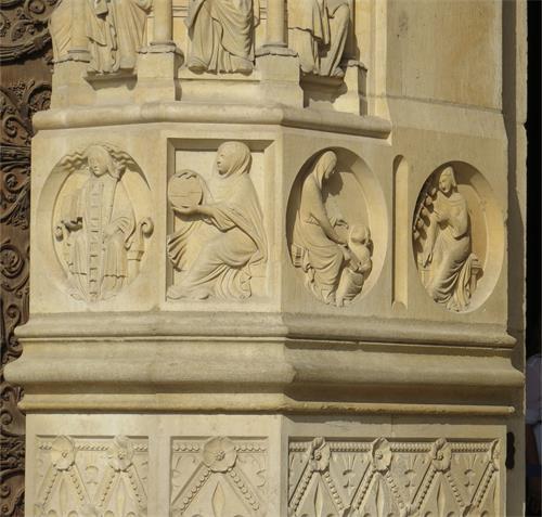 圖例:巴黎聖母院(Cathédrale Notre-Dame de Paris)右側門像柱浮雕裝飾,從左到右表現的主題依次是哲學、天文學、語法學和音樂。