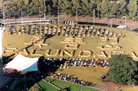 '圖3:1999年5月,「全澳洲法輪大法修煉心得交流會」期間學員們排字。'