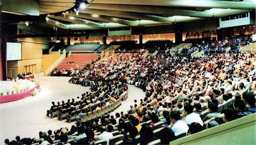 '圖4~5:1999年5月,「全澳洲法輪大法修煉心得交流會」中2000餘名弟子聆聽師父講法。'
