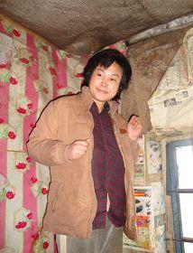 '被迫害致疯的柳志梅,当有人试图接近,她就攥著双手躲向自家墙角'