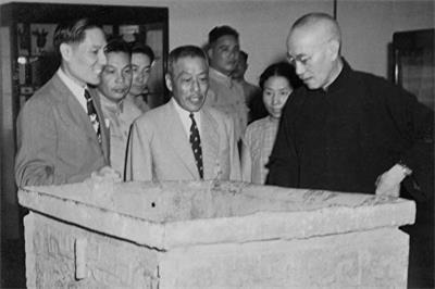蔣介石、宋美齡、蔣經國一家三口參觀了在南京舉辦的故宮國寶展覽,眾多展覽的珍寶中,商司母戊大方鼎和周毛公音鼎是蔣介石直贈送給故宮博物院的收藏品。'
