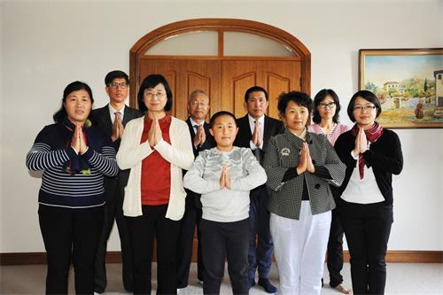 '圖5:陸女士(後排右一)和同修們恭祝師尊中秋快樂!'
