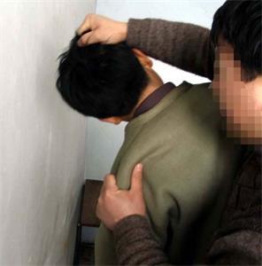 '酷刑演示:揪頭髮撞牆'