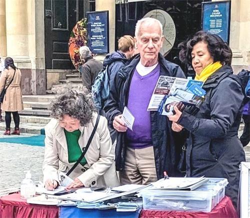 '圖2~5:二零二一年十月二日下午,法輪功學員在斯德哥爾摩老城區的諾貝爾博物館旁傳播真相,人們簽名支持反迫害。'