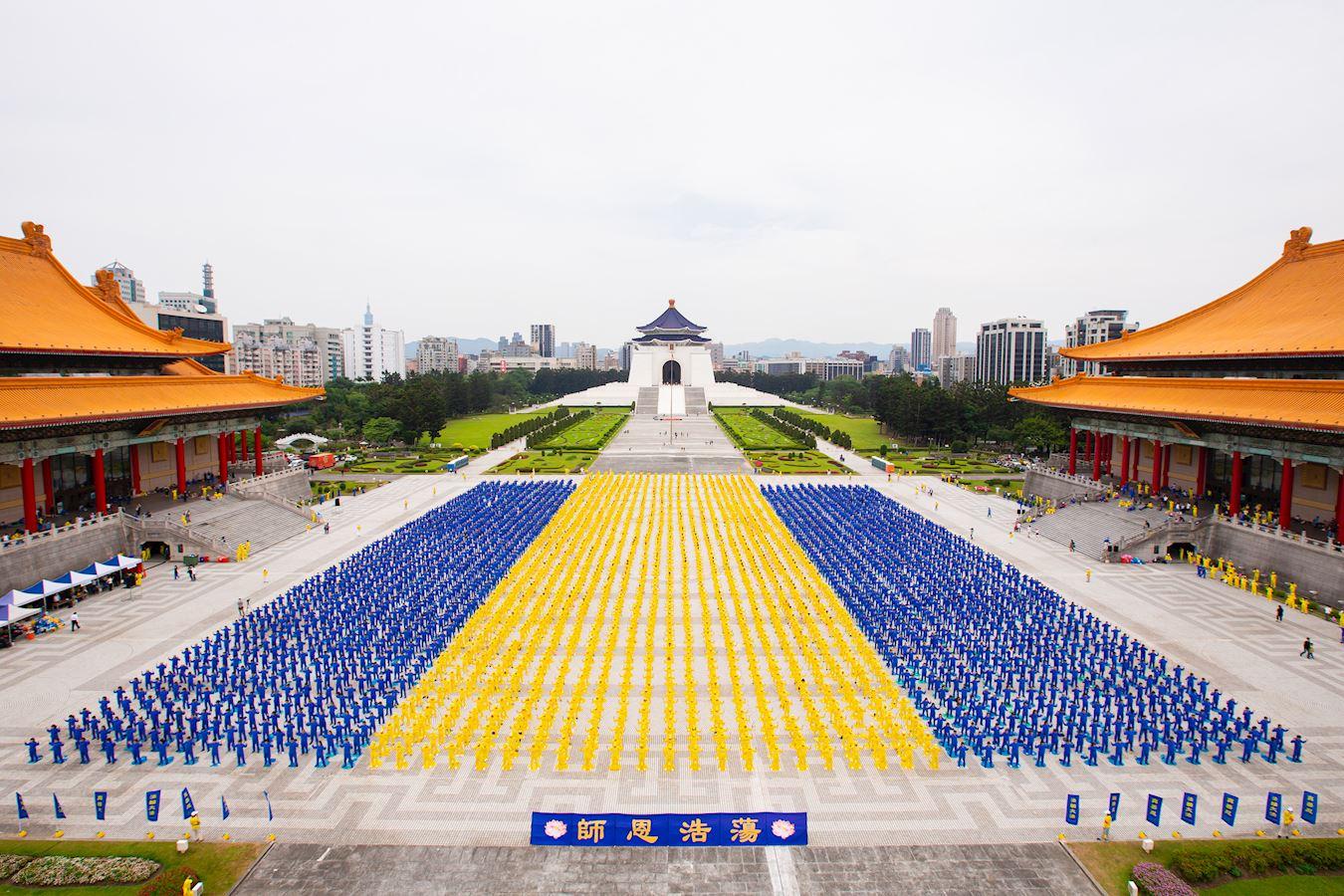 五千二百多名台灣法輪功學員集聚台北中正紀念堂前自由廣場排字
