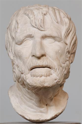 """古希腊诗人赫西俄德(Hesiod)头象。因为时代久远,在西方美术史上曾被误认为是古罗马哲学家、政治家兼剧作家塞内卡(Seneca)。此雕像属于中国大陆美术高考常见备考石膏像之一,在中国美术界可谓人尽皆知,但是数十年来却由于其发型及相貌、表情等特点,一直被中国考生和一些美术老师想当然地误称为""""海盗""""。"""