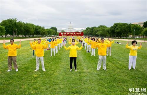 """'图1~2:二零二一年五月八日,华盛顿DC部分法轮功学员在美国国家广场庆祝第二十二届""""世界法轮大法日"""",恭祝李洪志师父七十华诞。'"""