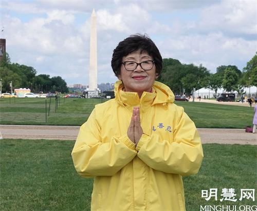 """'图8:今年七十五岁的王春荣说:""""感谢慈悲的师父给了我第二次生命。""""'"""